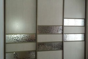 Двери-купе с декоративным зеркалом